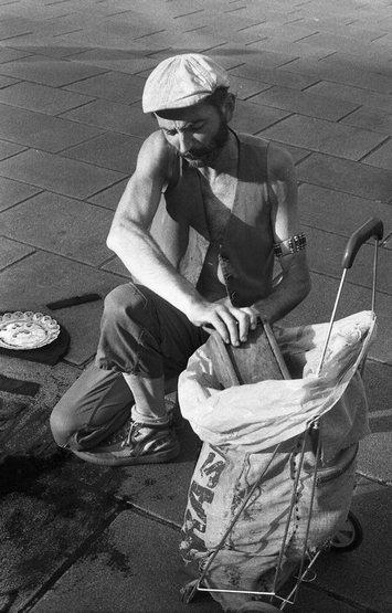 Denis Moulet ramassant du café à Zanzibar (Nantes)