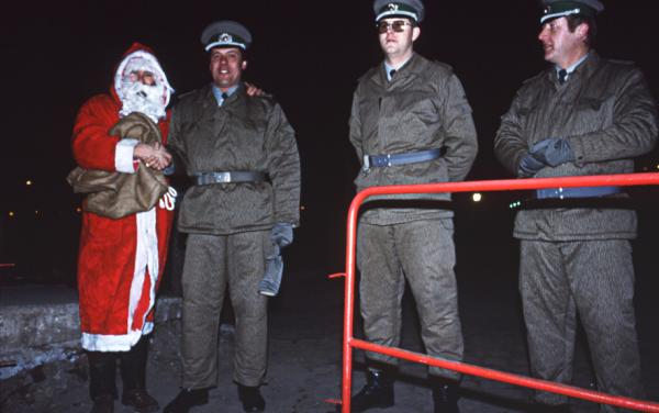 Papa Noël et Vopos