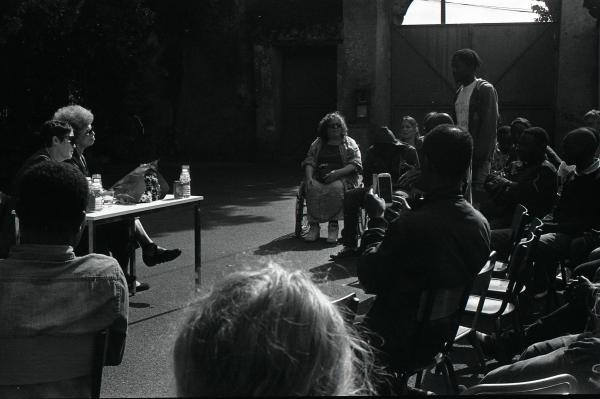 Angela Davis vient écouter les migrants dans la cour du squatt à Doulon.