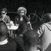 Angela DAVIS venue écouter les migrants dans la cour du squatt à Doulon
