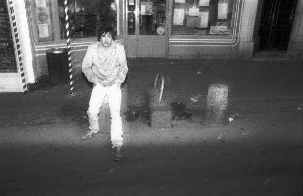 Ombre de la nuit glacée dans la foule passante du passé il parlait une langue gelée. Paris, quartier Saint-Michel, 1986.